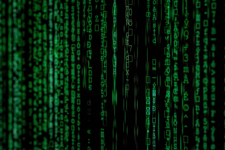 Datorskärm med gröna tecken på svart bakgrund