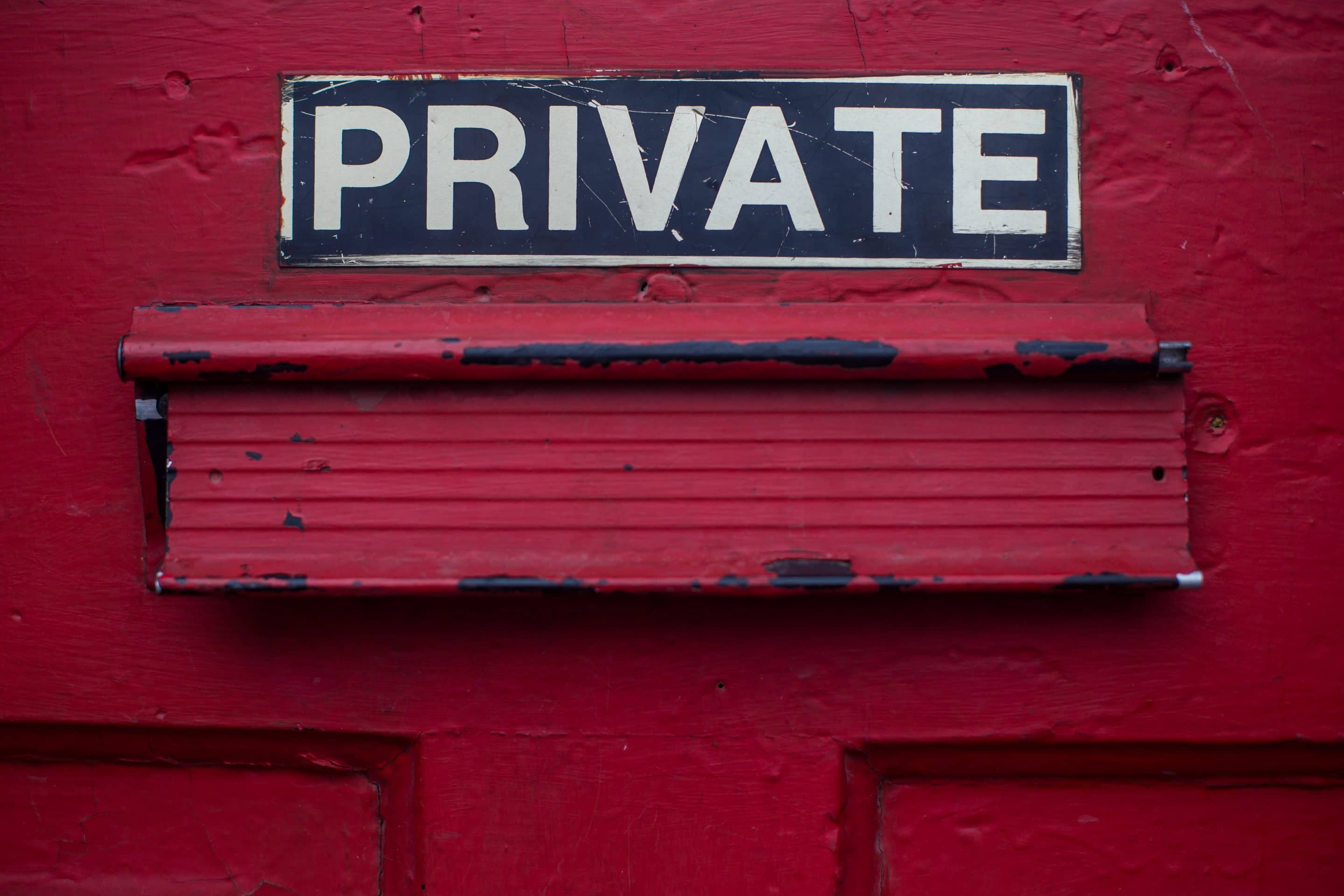"Skylt med texten ""Private"""