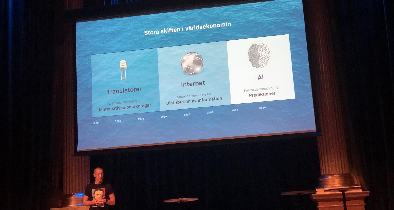 Kye Anderssons presentation på Stora Framtidsdagen. En bild som visar att AI:s stora förändringskraft ligger i att sänka kostnaden för prediktioner.