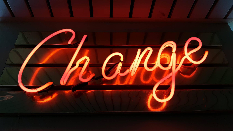 """Neonskylt med texten """"change"""""""